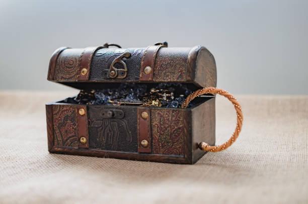 beute-box, offene schatzkiste - goldgefüllte kette stock-fotos und bilder