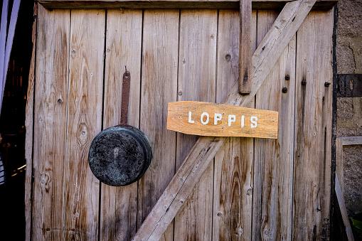 Loppis (Flohmarkt) Schild an einer Holztür