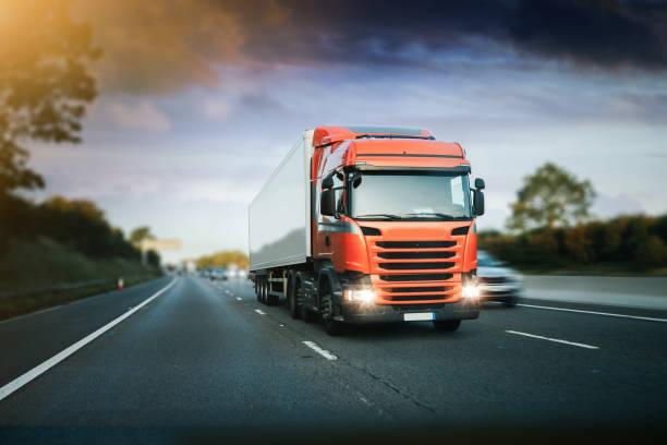 transport de trafic de mouvement de camion sur l'autoroute en mouvement - business not handshakes photos et images de collection