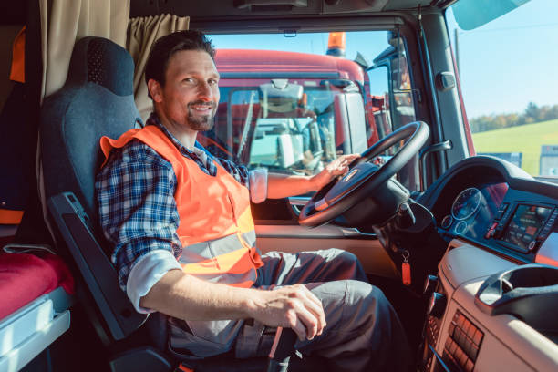 卡車司機坐在他的車機艙 - 重的 個照片及圖片檔