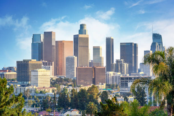 лос-анджелес, калифорния, сша центре города в солнечный день - деловой центр города стоковые фото и изображения
