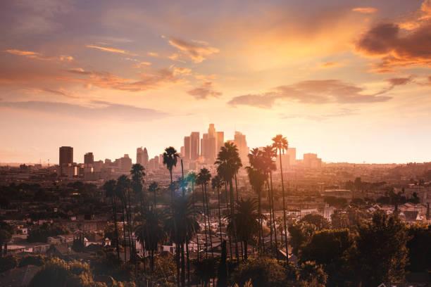 городской пейзаж лос-анджелеса в сумерках - деловой центр города стоковые фото и изображения