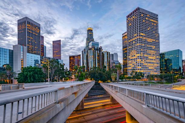 Los Angeles Innenstadt und Morgenverkehr im Morgengrauen – Foto