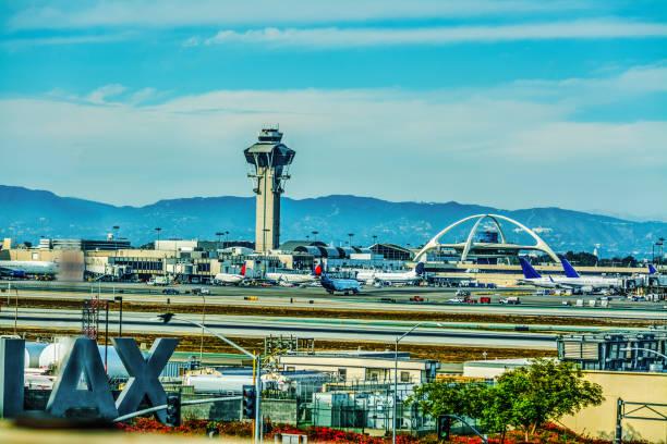 Aeroporto Internacional de Los Angeles em um dia nublado. - foto de acervo