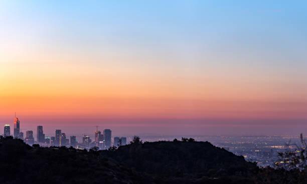 skyline von los angeles in der morgendämmerung auf der suche von mt-hollywood - hohe warte stock-fotos und bilder