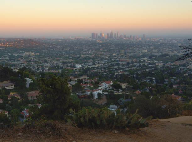 Los ángulos ciudad al atardecer con hill primer plano, California, Estados Unidos - foto de stock