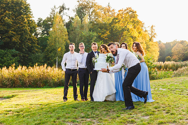 loser drops the wedding cake - hochzeitsfoto posen stock-fotos und bilder