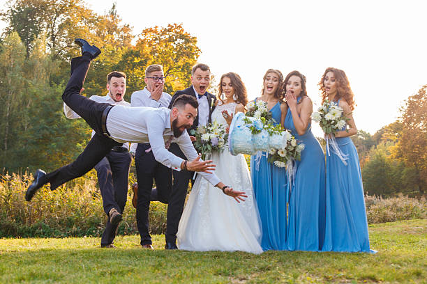 loser drops the wedding cake - mariage photos et images de collection