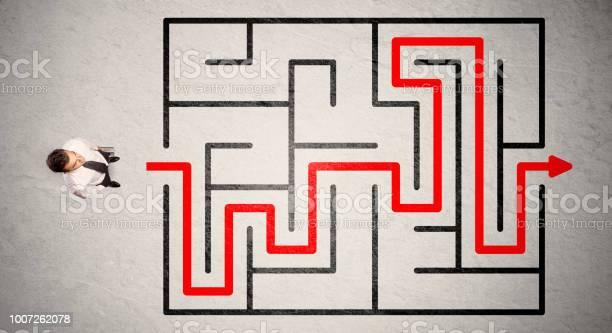 Lost businessman found the way in maze with red arrow picture id1007262078?b=1&k=6&m=1007262078&s=612x612&h= ohkxm8etnusflzeyxzsocmsuhyfvg8ys2quloegpy4=