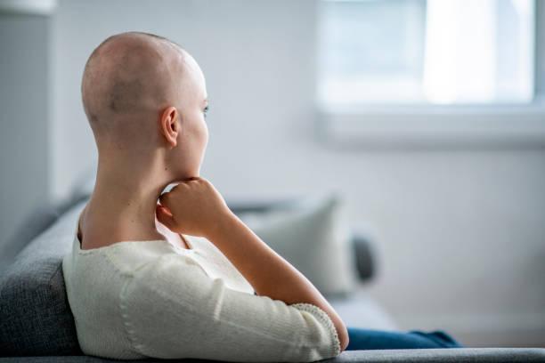 verloren in gedanken - chemotherapie stock-fotos und bilder