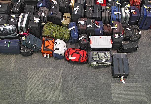 verlorene gepäck im flughafen - reisegepäck stock-fotos und bilder