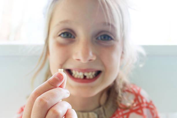 lost zahn - zahnlücke stock-fotos und bilder