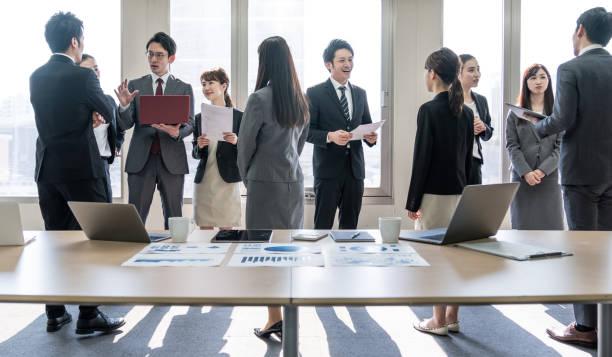 オフィスにはたくさんの実業家があります。ビジネスグループ。企業のビジネス。 - オフィス家具 ストックフォトと画像