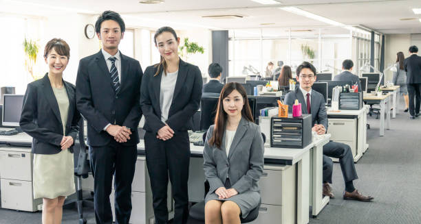 オフィスにはたくさんの実業家があります。ビジネスのグループ。企業のビジネス。 - 人材採用 ストックフォトと画像