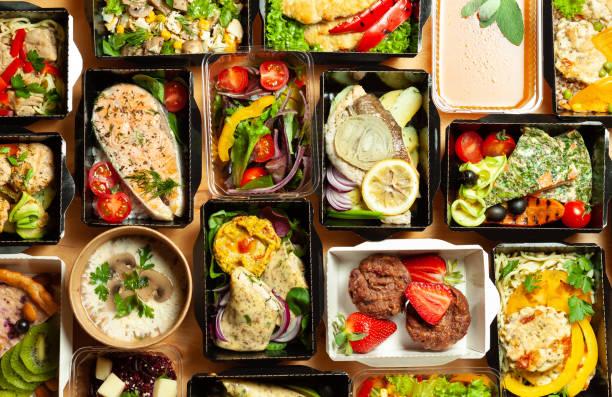 a lot of cardboard boxes with food - food delivery стоковые фото и изображения