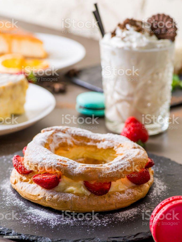 viele Desserts und ein Pudding Kuchen – Foto