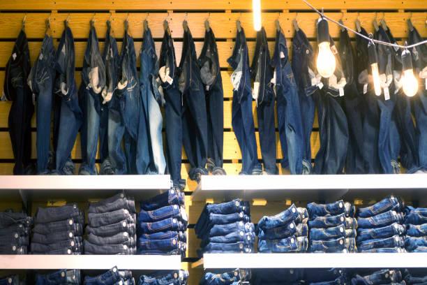 viele verschiedene blaue jeans - damen jeans sale stock-fotos und bilder