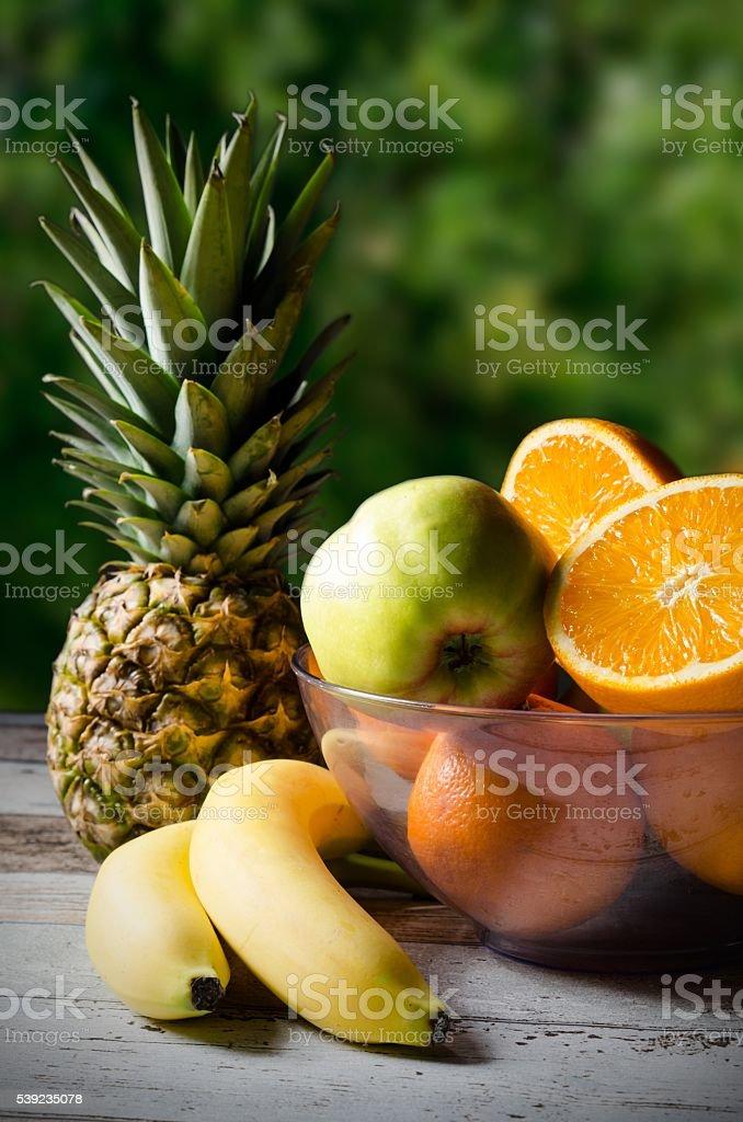 Lote de frutas frescas sobre un fondo de madera foto de stock libre de derechos