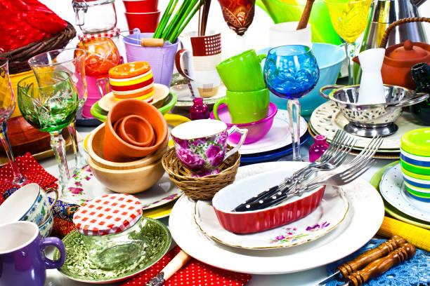 Eine Menge von Haushaltswaren auf einem Tisch – Foto