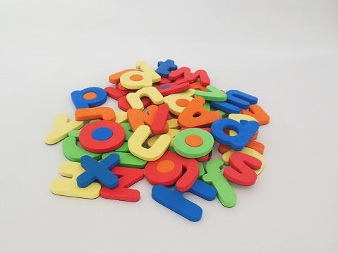 Lot of letters of the alphabet/Montón de letras del alfabeto.