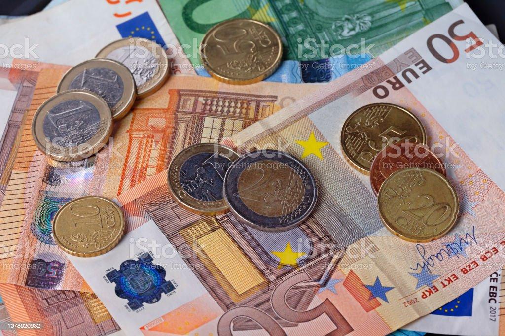 Um monte de dinheiro com moedas e notas de euro - foto de acervo