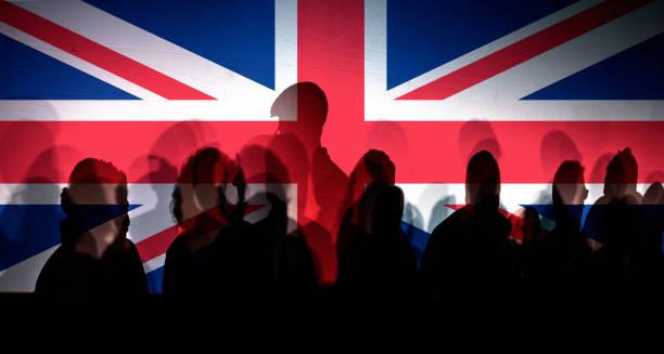 Viele Menschen schatten gegen britischen Zaun – Foto