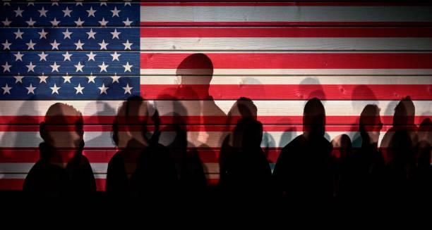 Viele Menschen Schatten gegen USA gekennzeichnet Zaun, Shutdown-Konzept – Foto