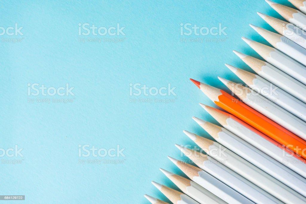 viele weiße Bleistifte und Farbstift auf blauem Papierhintergrund. - Lizenzfrei Abstrakt Stock-Foto