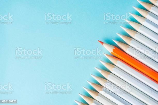 Viele Weiße Bleistifte Und Farbstift Auf Blauem Papierhintergrund Stockfoto und mehr Bilder von Abstrakt