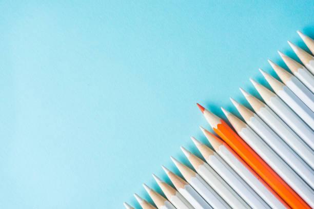 beaucoup de crayons blancs et crayon de couleur sur fond de papier bleu - Photo
