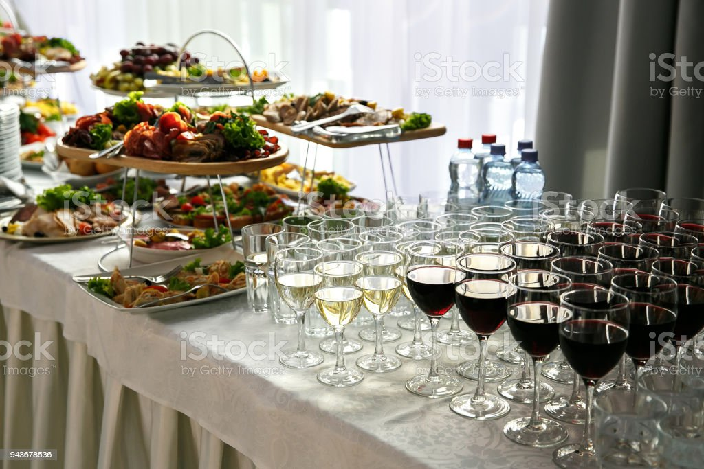 Eine Menge von Weingläsern mit einem kühlen köstlich, weißen und roten Wein beim Eventcatering – Foto