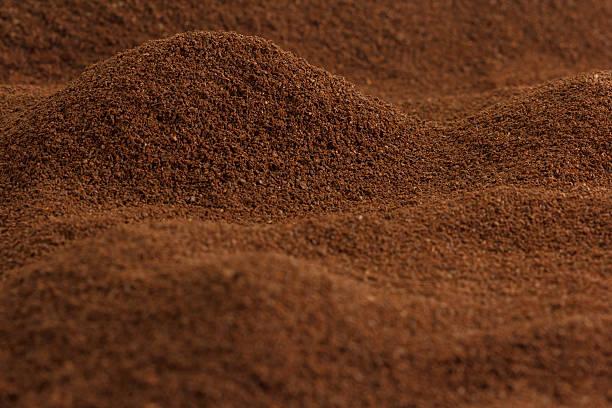 viele kaffee wie die täler und berge - kaffeepulver stock-fotos und bilder