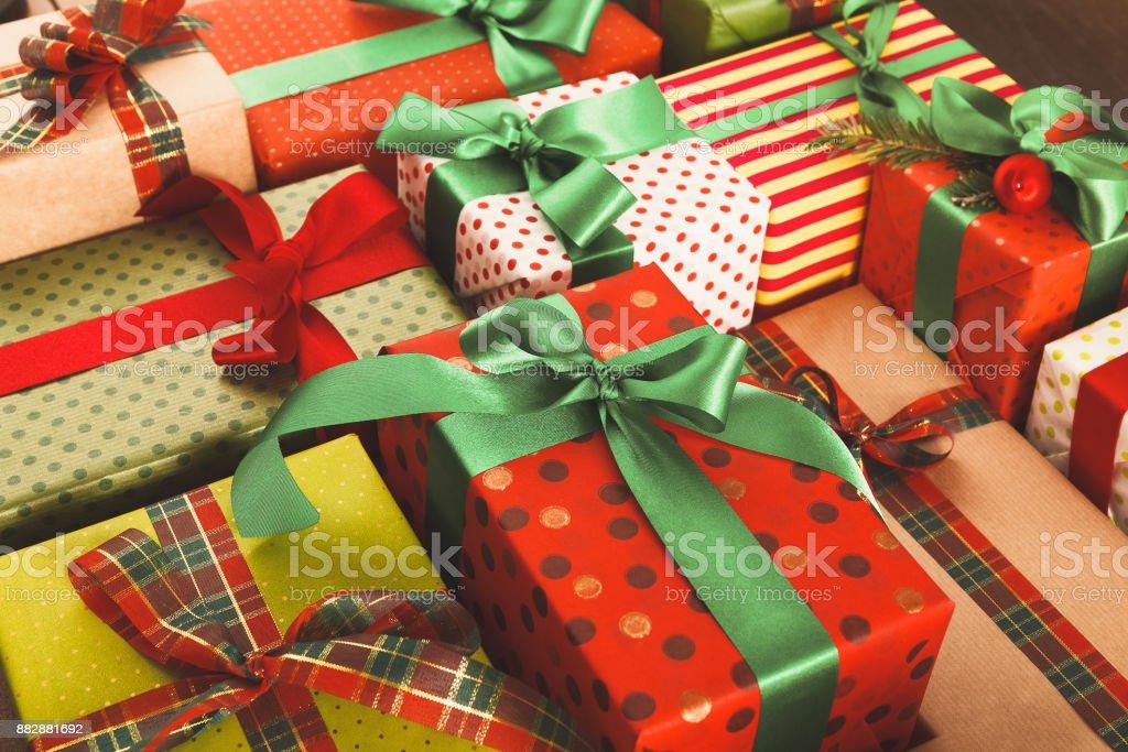 Viele Geschenk-Boxen auf Holz, Weihnachtsgeschenke in Papier – Foto