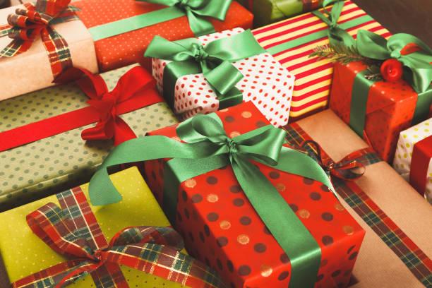 massor av presentaskar på trä, julklappar i papper - christmas presents bildbanksfoton och bilder