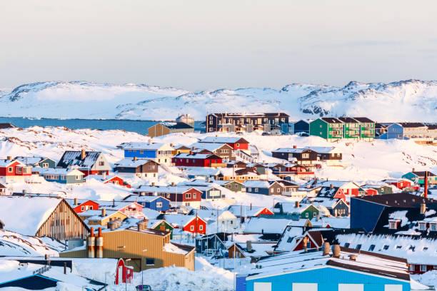Viele Inuit Häuser verstreut auf dem Hügel in Nuuk Stadt verschneiten mit Meer und Bergen im Hintergrund, Grönland – Foto