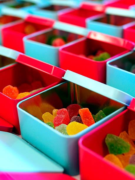 viele mehrfarbige gelee-süßwaren in der tin dosen - zinn hochzeit stock-fotos und bilder