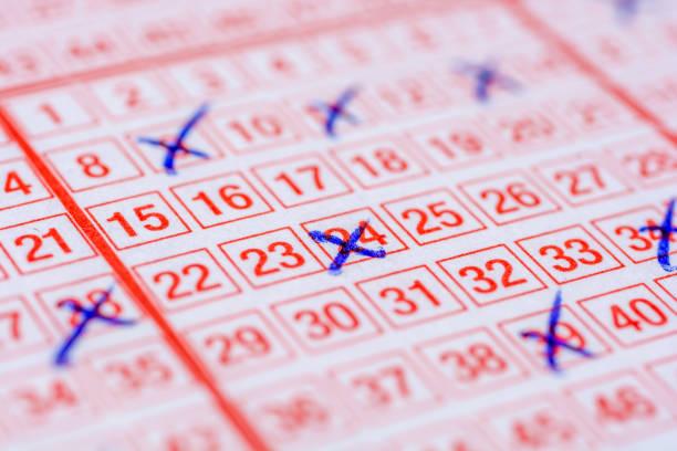 lottoschein mit gekreuzten zahlen - zeckenmittel stock-fotos und bilder