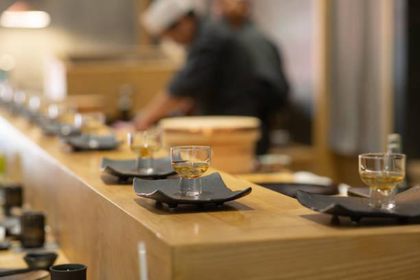 黒のセラミック皿、おまかせスタイル日本の伝統的なロータス ルート前菜。 - 和食 ストックフォトと画像