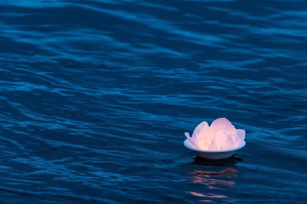 Lotus Wasserlaterleuchte auf der Oberfläche des Flusses schwimmt den Strom in der Dämmerung. Traditionelle Wasserlampen werden zum Glück den Wasserstrom hinuntergeschickt und wünschen sich Träume wahr werden lassen – Foto