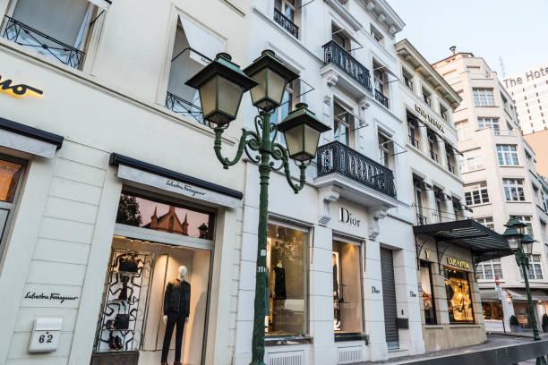 ブリュッセル, ベルギーのルイ ・ ヴィトン、ディオール、サルヴァトーレ ・ フェラガモの店 - ブランド名 ストックフォトと画像