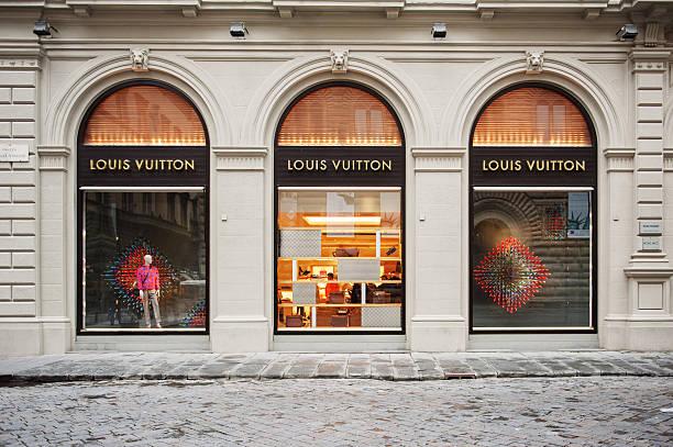 ルイ・ヴィトンでストリートファッションストアの正面玄関 - ブランド名 ストックフォトと画像