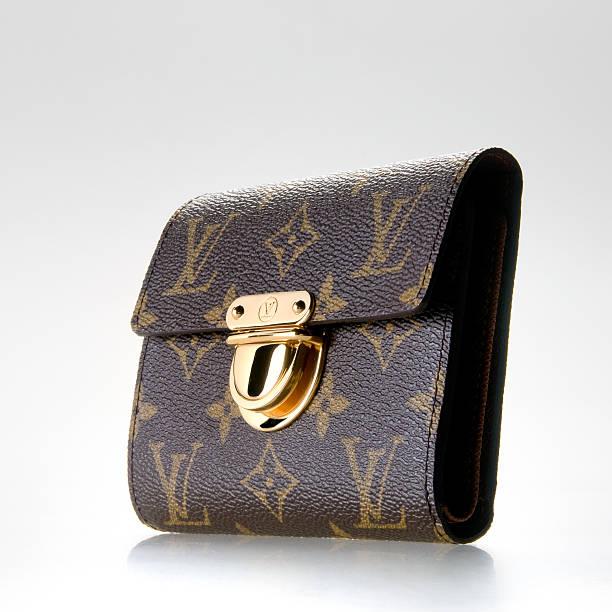ルイ・ヴィトンの女性に財布 - ブランド名 ストックフォトと画像
