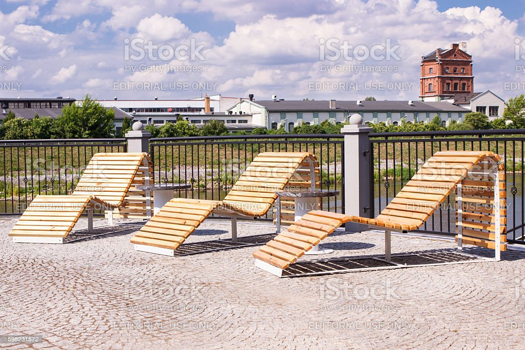Lounge chairs for recreation on embankment of polish Warta river foto royalty-free