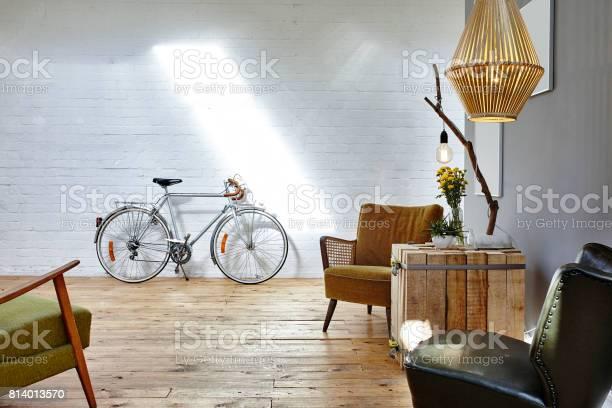 Entspannen Sie In Startup Vintage Stühle Im Urbanen Loft Stockfoto und mehr Bilder von Abwarten