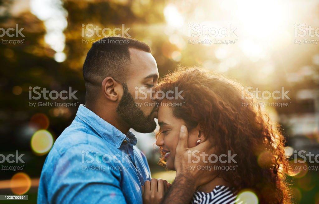 El amor siempre, mucho un beso - foto de stock