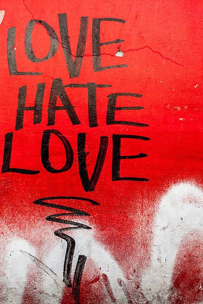 liebe und hass schreiben auf roten grunge-wand - sprüche für die liebe stock-fotos und bilder