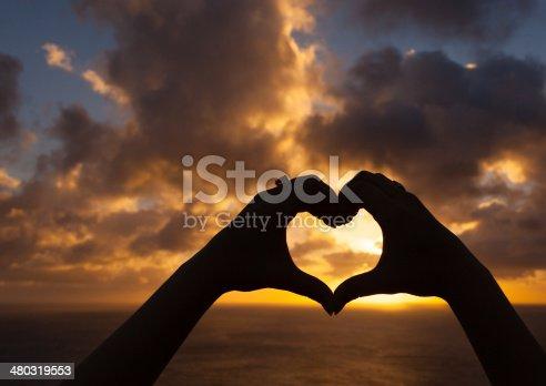 istock Love at sunset 480319553