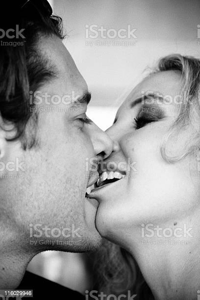 Lippe auf die beißen küssen beim Hals küssen: