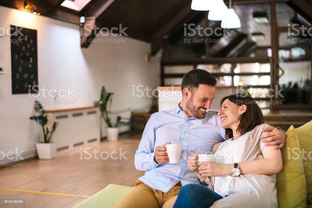 Liebespaar Kaffeetrinken zu Hause – Foto