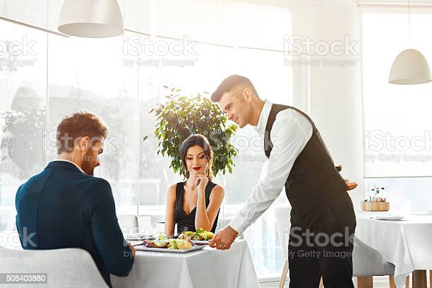 Love 커플입니다 갖는 낭만적임 석식 제공 건강한 음식을 먹는 개념에 대한 스톡 사진 및 기타 이미지